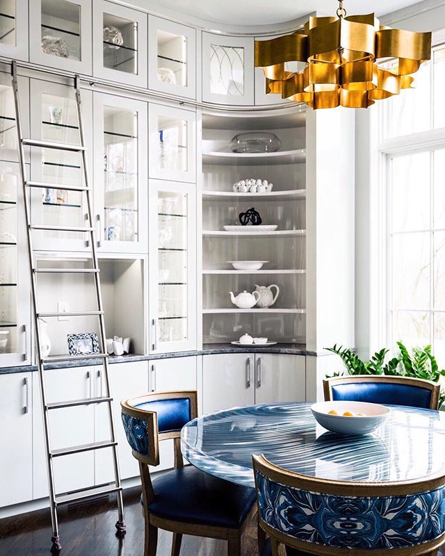 A minimal design and color palette is the perfect enabler for chic fixtures and accents. Beyond that, it's the subliminal aspects that reveal the intellect behind this space. Case in point, the round table and the radius on the cabinet corner...pretty smart! 🏆  This is a continuation of my previous post. Editorial: Feb. 2018 @topslouisville  Interior Design: @leerobinsoncompany .⠀ .⠀ .⠀ .⠀ .⠀ .⠀ .⠀ .⠀ .⠀ .⠀ .⠀ .⠀ .⠀ .⠀ .⠀ #kitcheninspo #kitchenlife #kitchendecor #kitchengoals #kitchenideas #kitchenisland #kitchensink #kitchencabinets #interiorlovers #dream_interiors #interiorphotography #elledecor #adstyle #houzz #sodomino #inmydomaine #howuhome #artofinteriors #dreamkitchen #designbuild #designboom #instadesign #interiordecor #dezeen #hgtv #interiorstyles #interiorstyling #architecturalphotography #instaluxe #createeveryday